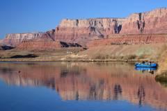 Phantom Ranch se nachází na soutoku Bright Angel creeku a Phantom creeku na pravě straně řeky Colorado.