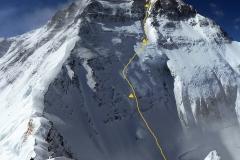 02-Mount-Everest-a-jeho-Severní-stěna-s-vyznačenou-trasou-výstupu