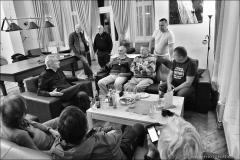 Vyprávění nebralo konce, v pozadí Gejza Haak, sedící zleva Luděk Zahoranský a Vincent Dubeň.