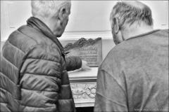 Účastníci expedice Everest 1984 připravují bronzovou plaketu nedávno zesnulého Františka Keleho, která bude umístěna na symbolickém cintoríně na Popradském plese.