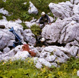 Vstup do nově objevené propasti Orcus na Bzybském hřebenu
