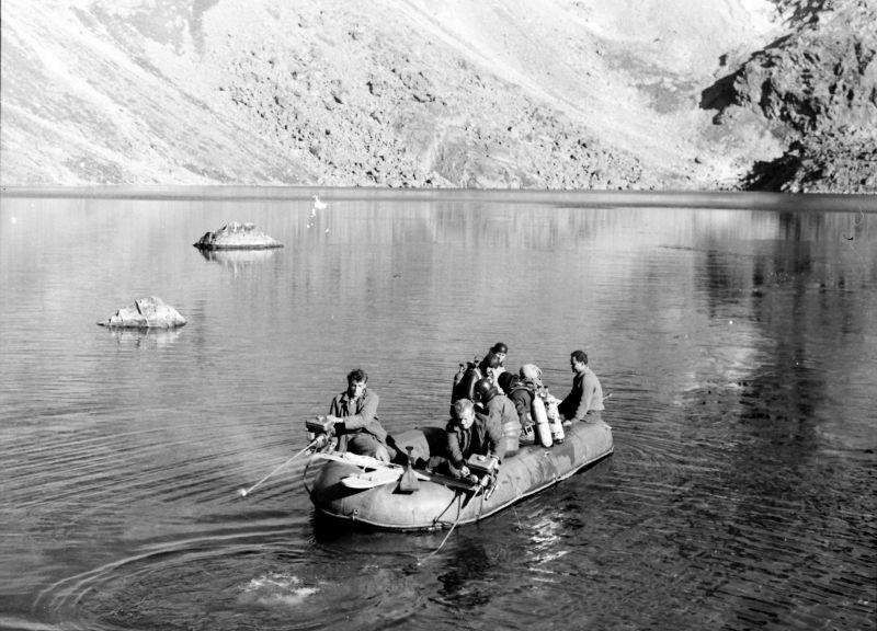 Potápěči v dobových oblecích vyplouvají k místu ponoru