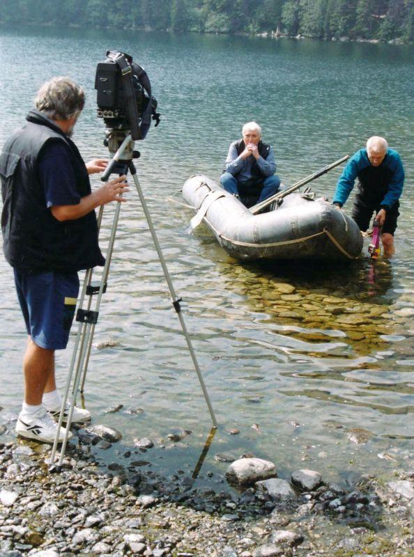 Kameraman Vlado Haviar, slovenský potápěč Palo Svitánek a v lodi sedí zadumaný Jan Daněk