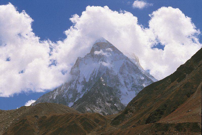 Pohled na Shivling v Garhwálském Himálaji. Jedná se bezesporu o jeden z nejkrásnějších horských štítů světa.