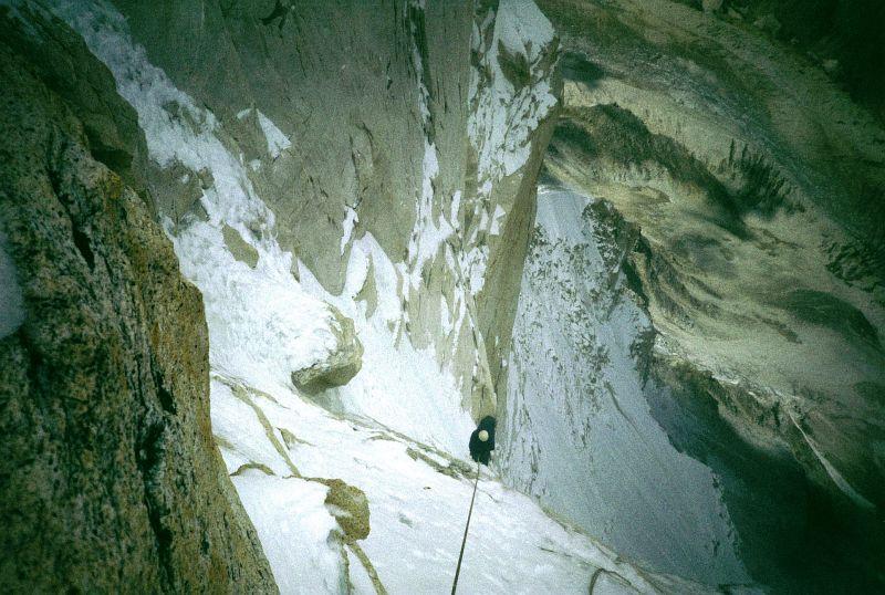 Pohled dolů Severozápadní stěnou Shivlingu