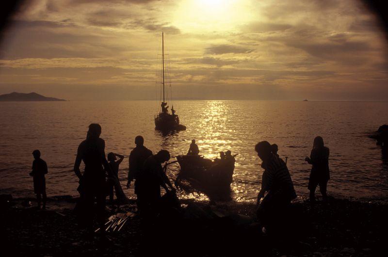 Spouštění prvního monoxylu na vodu. V pozadí doprovodná jachta.